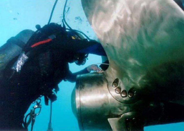 diver cleaning propeller ship undewater scuba