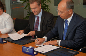 COO of the Port of Rotterdam Authority, Ronald Paul, right, and Magnus Krestedt, the CEO Port of Gothenburg Authority. Photo: Mark van Schouwen